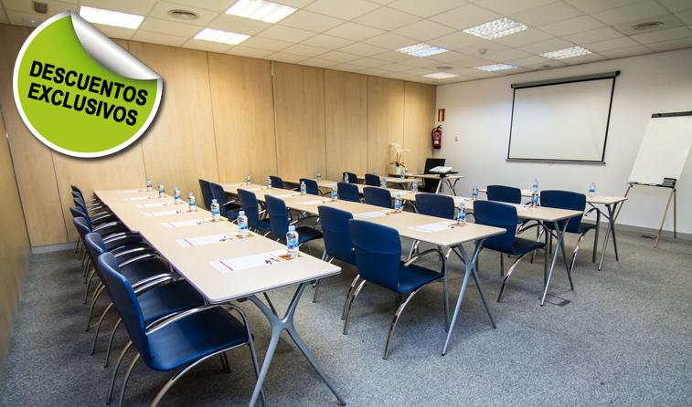 aula de formación en escuela con proyector y rotafolio